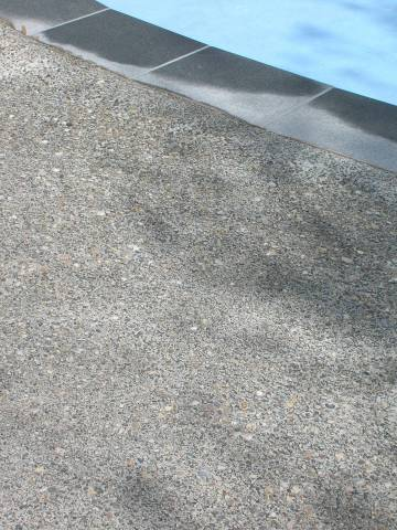 Béton lavé teinte naturelle gravier roulé