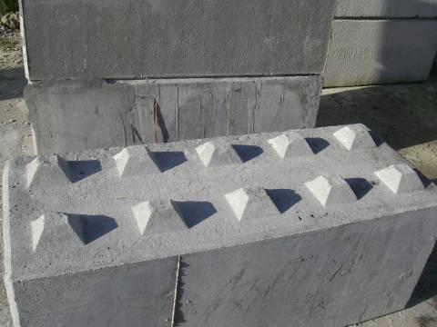 Bloc empilable en béton