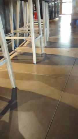 Dalle de sol en béton lissé dépoli au quartz taupe