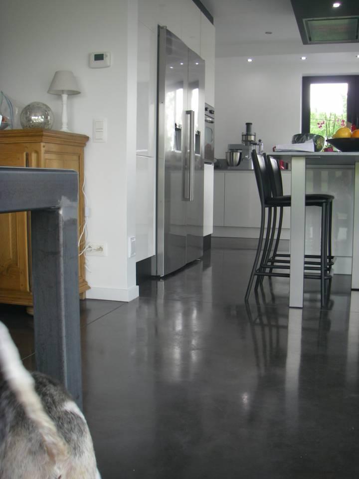 Dalles de sol de maison en béton lissé anthracite à l'Écran Total